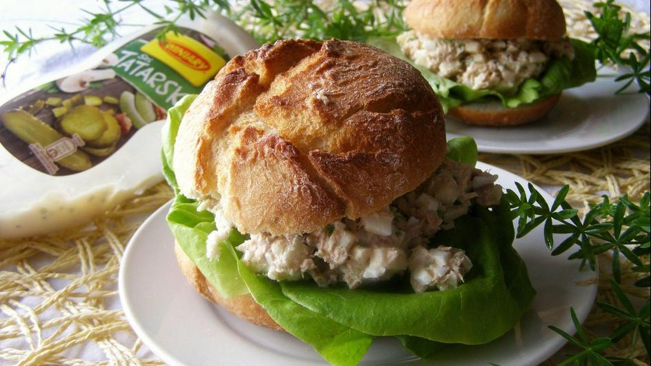 Sałatka z tuńczyka z sosem tatarskim Winiary w chrupiących bułeczkach.