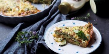 Tarta z cukinią, tuńczykiem, oliwkami i ziołami