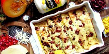 Zapiekane naleśniki z nadzieniem z kurczaka oraz dyni w sosie śmietanowo-dyniowym z dodatkiem karmelizowanych nasion goji