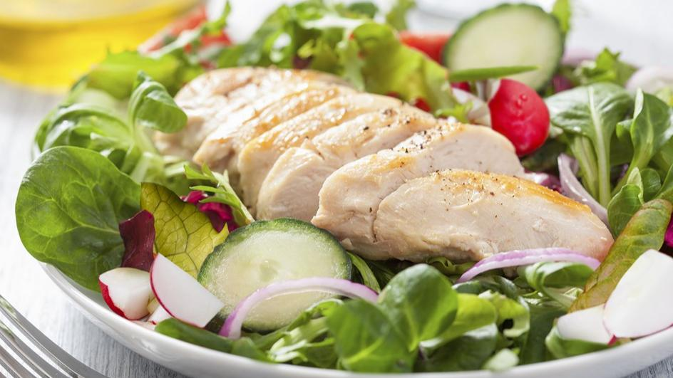 Wiosenna sałata z kurczakiem
