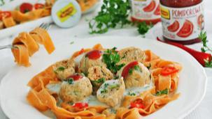 Makaron i klopsiki pomidorowe w sosie