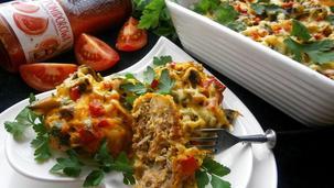 Mielone kotleciki pod sosem, paprykowo - pieczarkową kołderką i żółtym serem