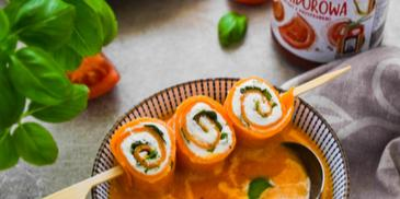 Krem dyniowo-pomidorowy ze ślimaczkami z naleśników z serem i bazylią