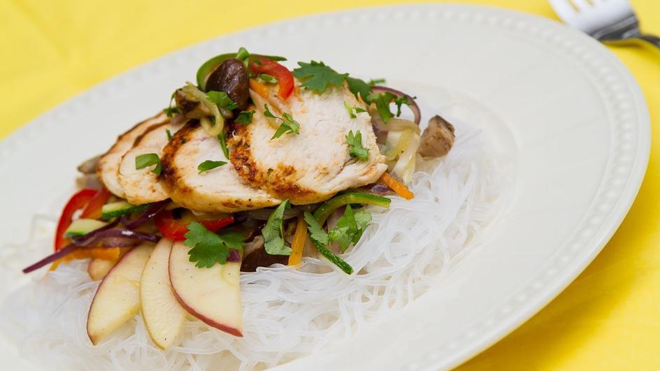 Kurczak saute z sałatką warzywno owocową i makaronem ryżowym