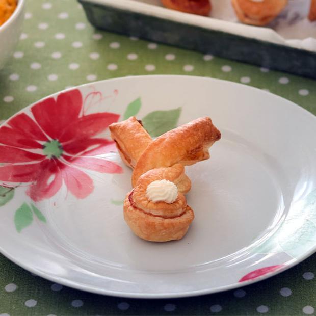 Coniglietti di sfoglia con hummus di carote
