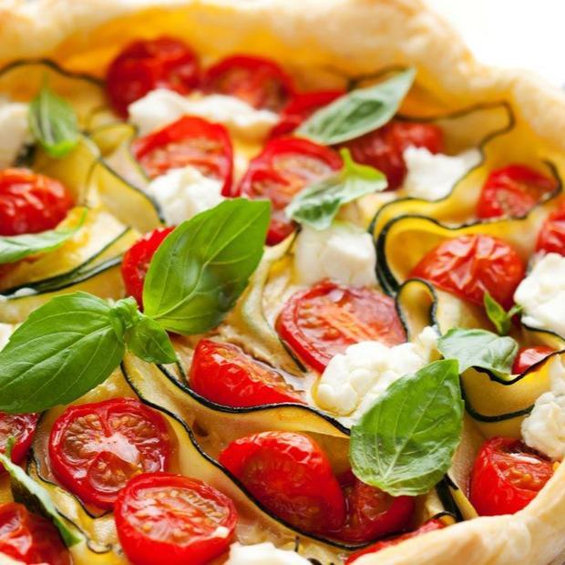 Torta salata con zucchine, mozzarella e pomodorini