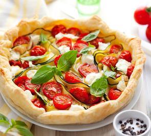 Torta salata con zucchine, piselli, ricotta e basilico