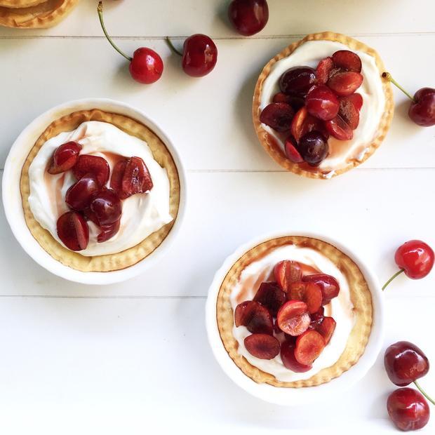 Crostatine con yogurt e ciliegie