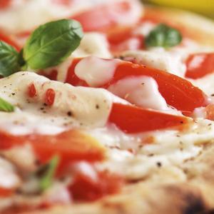 Pizza con broccoli e mozzarella