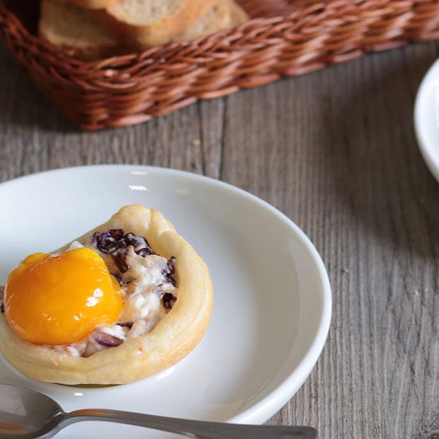 Cestini al radicchio con uovo morbido