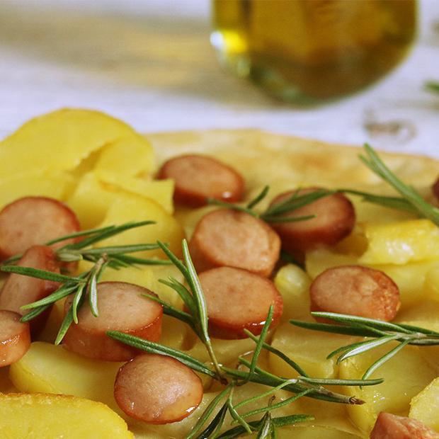 Focaccia con würstel e patate