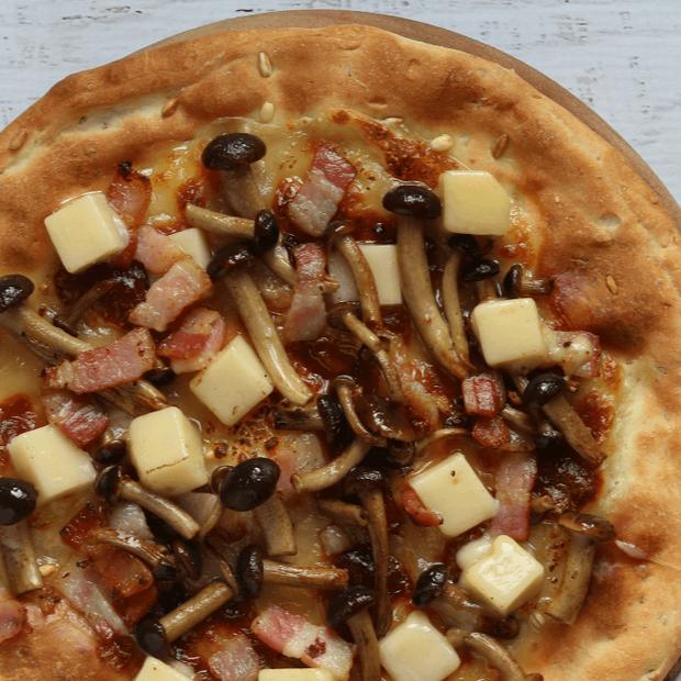 Pizza 5 cereali con chiodini trifolati, pancetta e provolone piccante