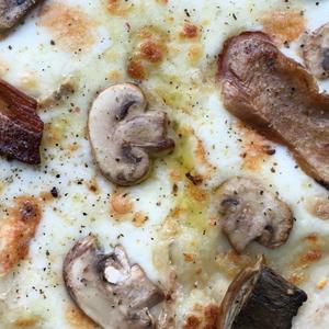 Pizza 5 cereali con taleggio, funghi e funghi porcini