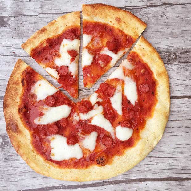 Pizza ai cinque cereali con salamino piccante