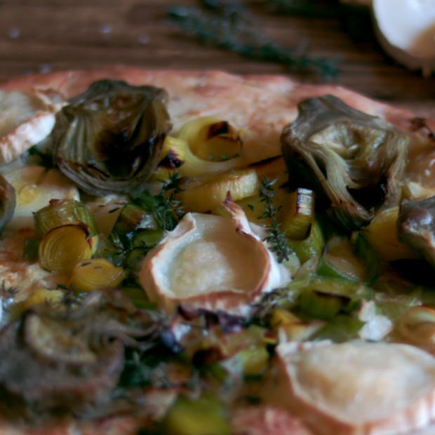 Pizza cinque cereali con carciofi, porri e formaggio di capra