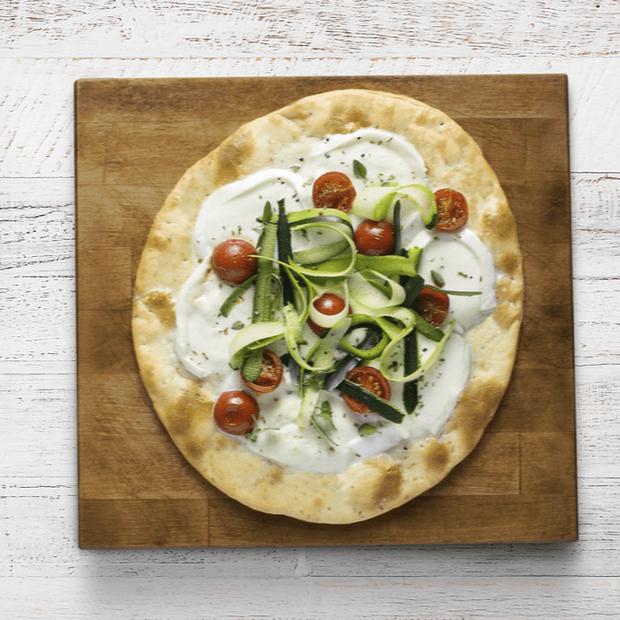 Pizza con bufala pomodorini e zucchine