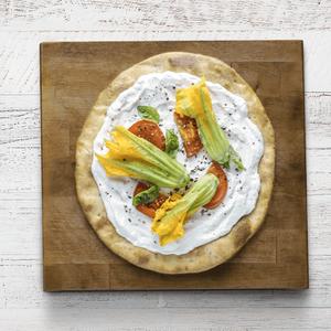 Pizza con fiori di zucca e ricotta