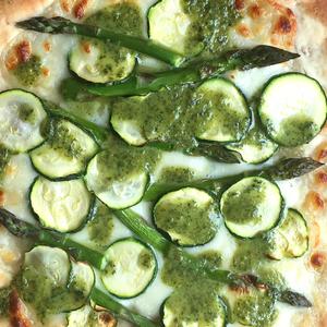 Pizza di primavera ai 5 cereali con pesto, zucchine e asparagi