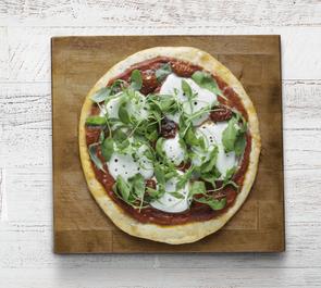 Pizza margherita con pomodorini secchi e rucola