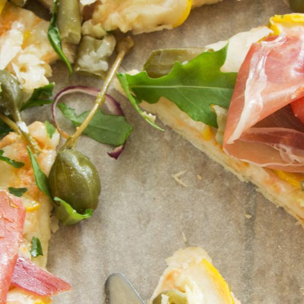 Pizza prosciutto, rucola e scamorza