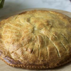 Torta salata con cavolfiore, porri e cipolla