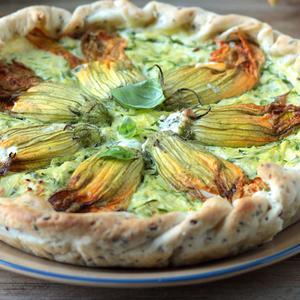 Torta salata con fiori di zucca ripieni di ricotta