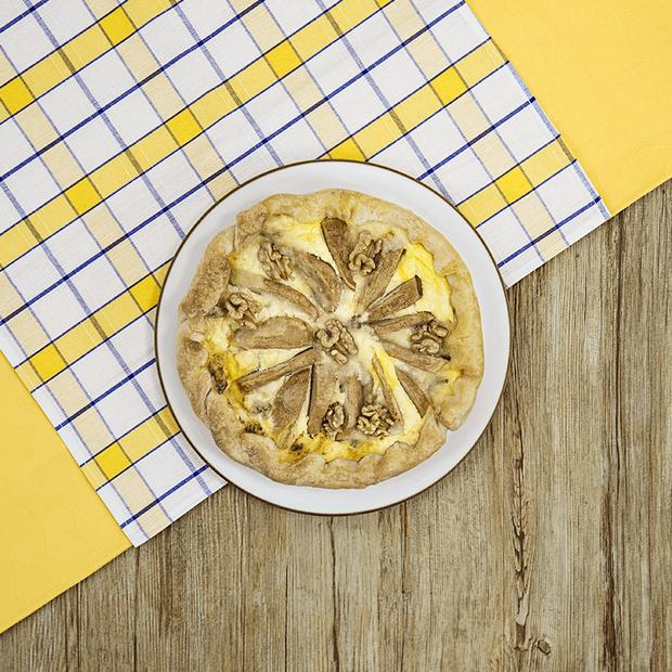Torta salata senza glutine con gorgonzola, noci e pere