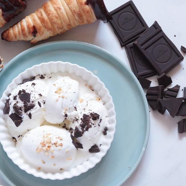Coni gelato di sfoglia con cioccolato e gelato fatto in casa