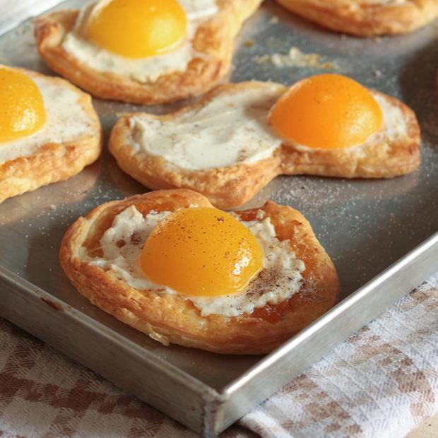 Finte uova con albicocche e vaniglia