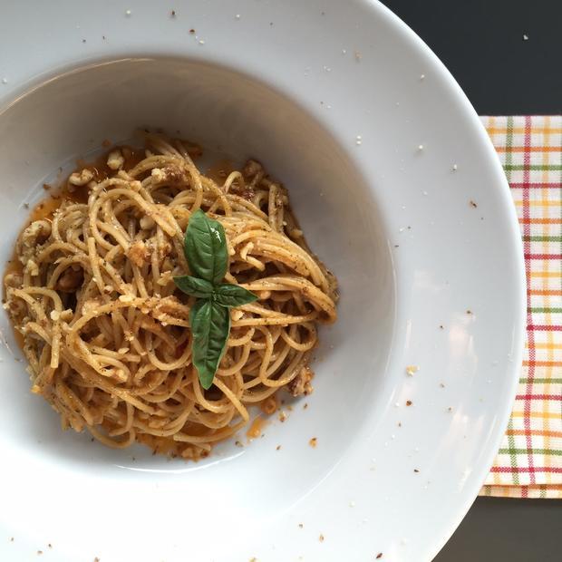 Spaghetti integrali al pesto siciliano e noci