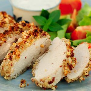 Rotolo di petto di pollo farcito in salsa di funghi con arrosto di verdure