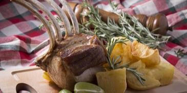 Καρέ χοιρινό με πατάτες φούρνου