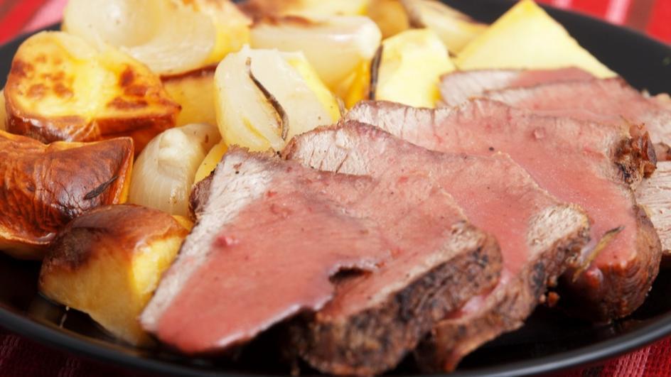 Телешко месо с розмарин и картофи на фурна с винен сос