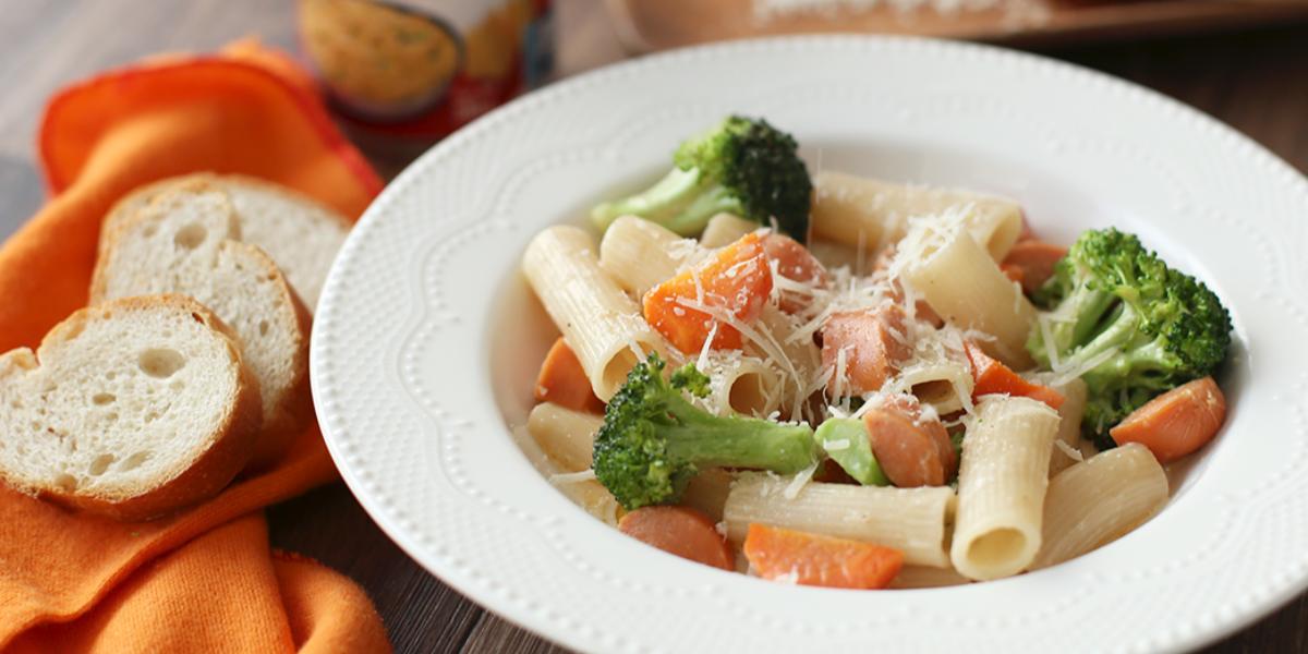 Pasta con salchicha, zanahoria y brócoli