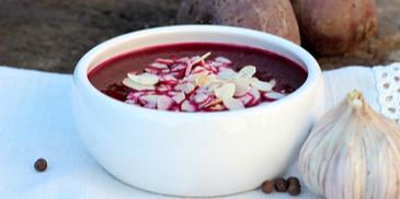 Zupa krem z buraków pieczonych z prażonymi migdałami