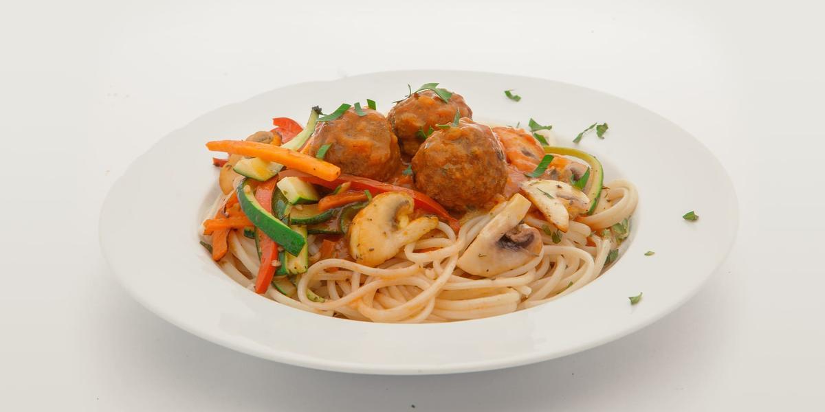 Espagueti con salsa de albóndigas y vegetales