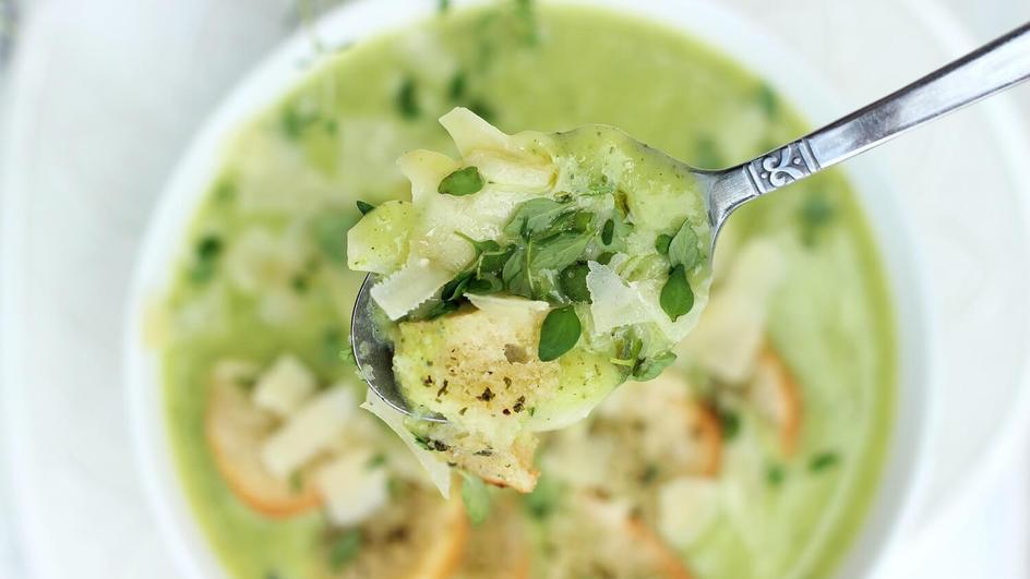 Zupa krem z cukinii z serkiem topionym, grzankami i parmezanem