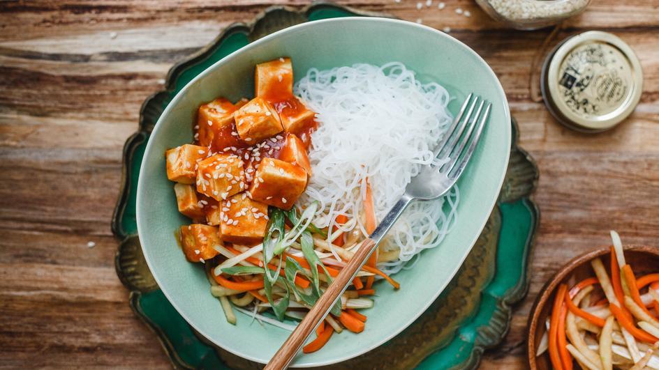 Ázsiai tésztasaláta sült tofuval