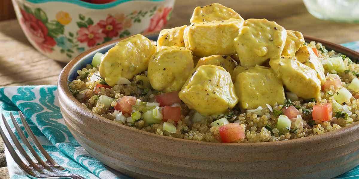 Pollo al curry acompañado con falso cous cous de quínoa