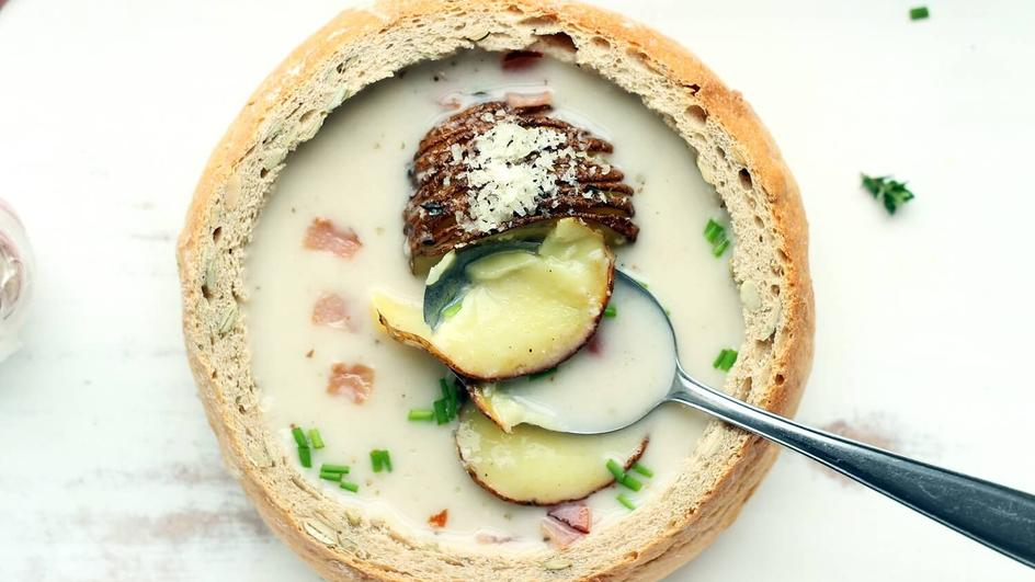 Żurek w chlebie z pieczonymi ziemniakami i skwarkami