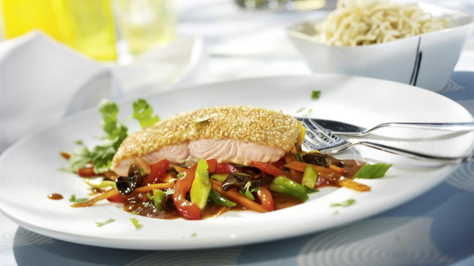Lachs mit Sesam auf asiatischem Gemüse