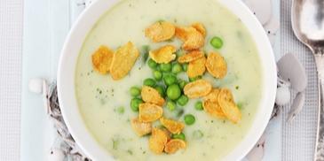 Zielona zupa z groszkiem, cukinią i płatkami kukurydzianymi