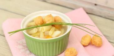 Zupa jarzynowa z żółtą fasolką szparagową i groszkiem ptysiowym