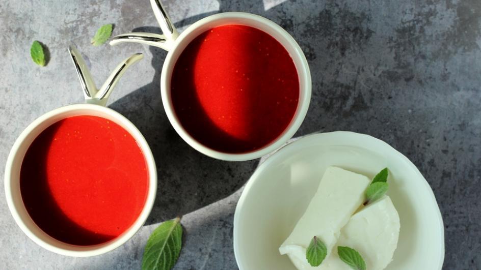 Chłodnik truskawkowy z chili i serem kozim