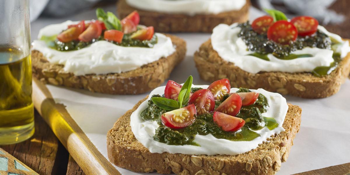 Bruschettas de pan integral y pesto de pistachos