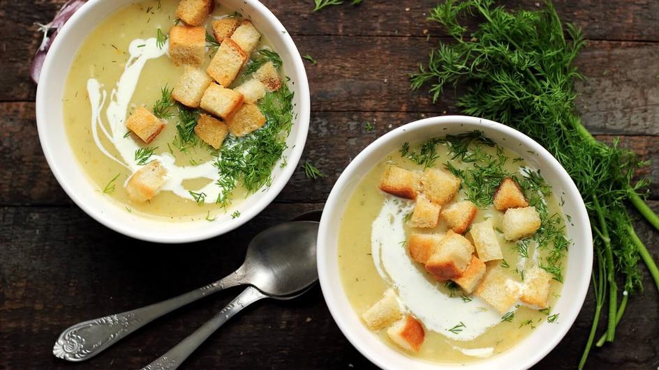 Kremowa delikatna zupa ogórkowa ze śmietaną na wywarze z warzyw