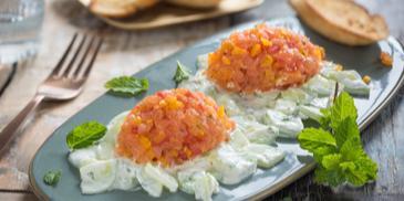 Lachstatar auf Gurken-Minz-Salat