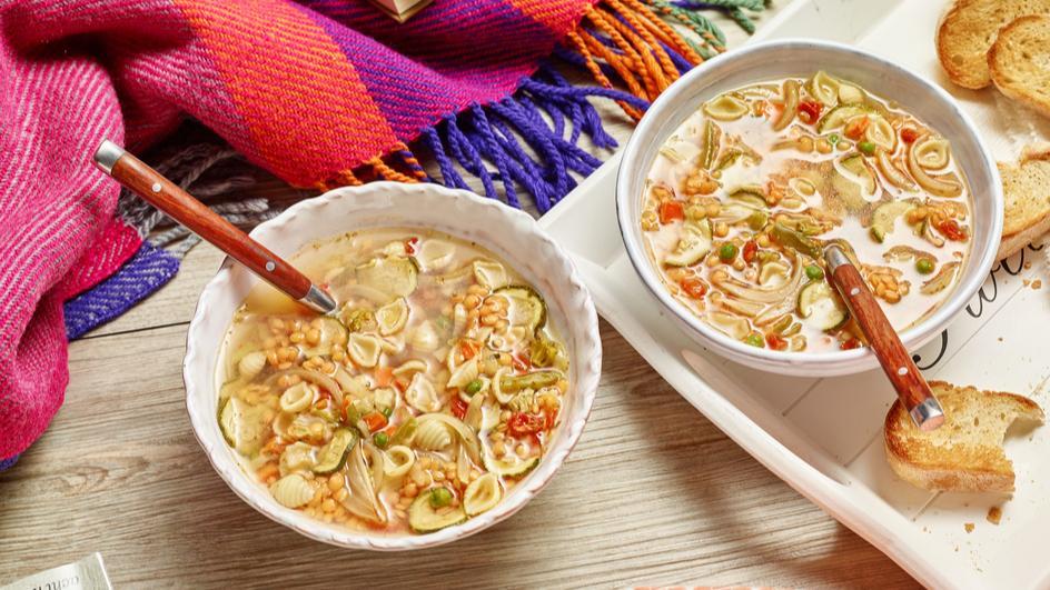 Gemüsesuppe mit roten Linsen und Knoblauch