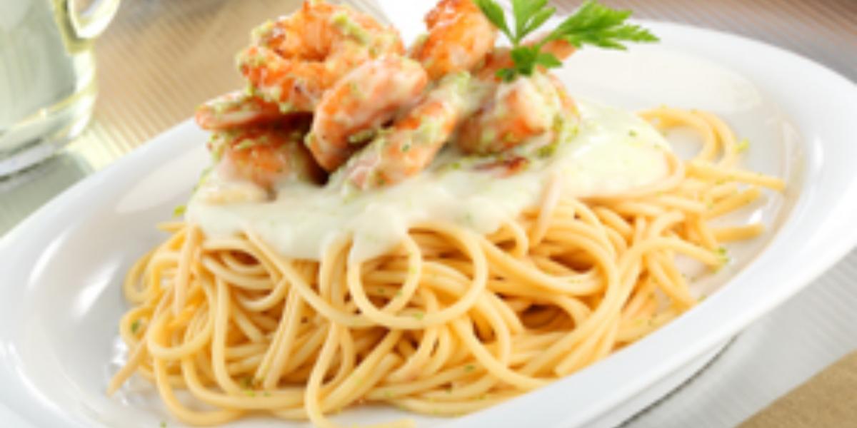 Spaghetti con crema agría y camarones