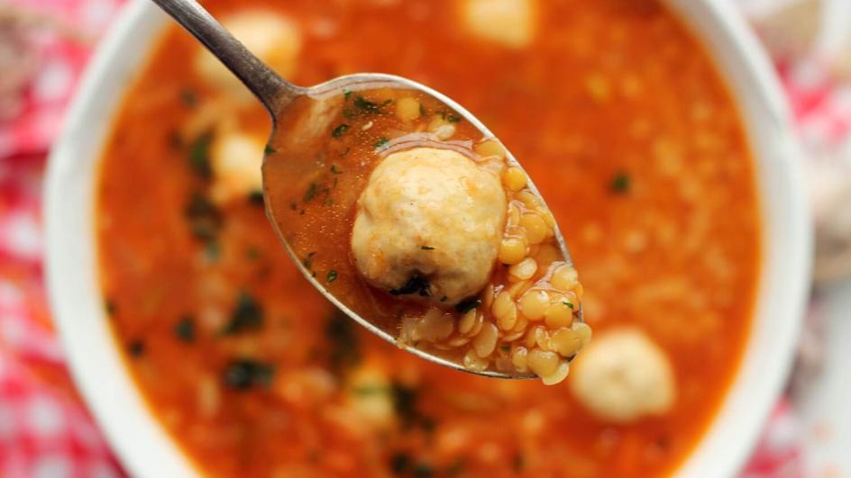 Zupa z czerwonej soczewicy na rosole z pulpecikami drobiowymi